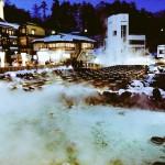 雪化粧の温泉郷。草津温泉 湯畑の雪景色。